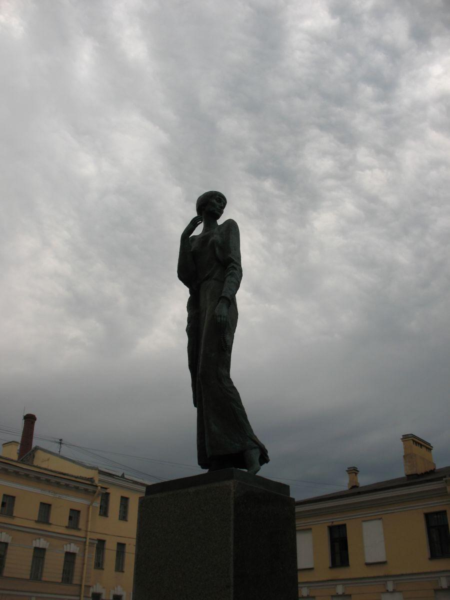 Памятник ахматовой напротив крестов фото дизайн могилы на кладбище